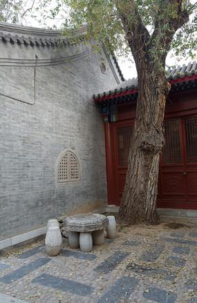 北京四合院的石桌