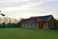 草地上的木屋