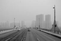 大雾中的桥面