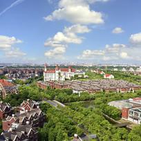 蓝天白云下的上海北欧小镇