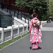 路上的日本和服美女