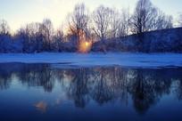 大兴安岭冰封河流日落