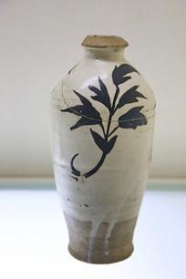 黑花折枝花纹瓶元代