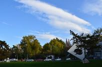 蓝天白云下的草坪