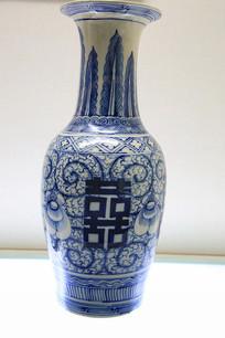 青花喜字牡丹图长颈瓶