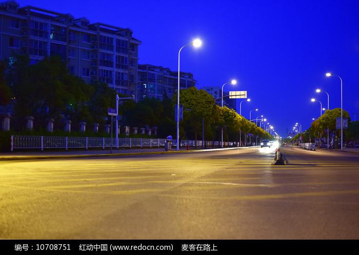 夜晚的公路与路灯图片