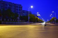 夜晚的公路与路灯
