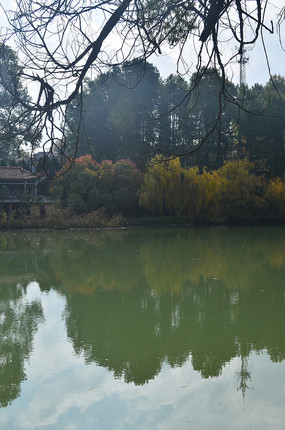蓝天湖泊风景图片