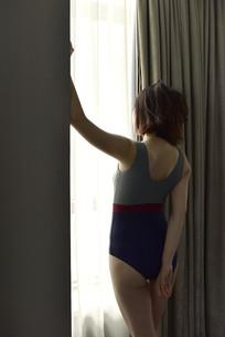 窗前的性感女人
