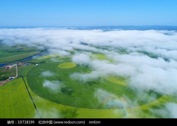 航拍辽阔的云雾田园风景图片