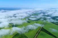 航拍云雾中的田野