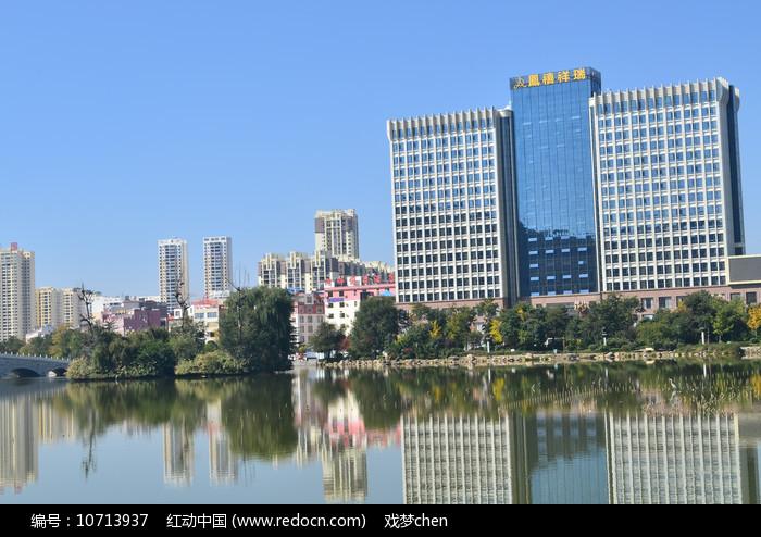 湖边高楼大厦风景图片