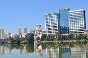 湖边高楼大厦风景