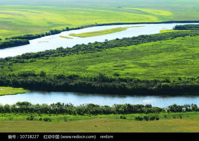 呼伦贝尔草原绿色牧场河流图片