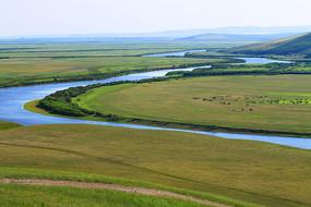 绿色牧场蓝色河湾风景
