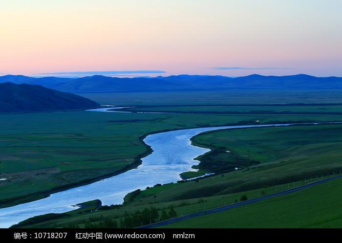 牧场河流夕照图片
