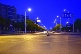 夜幕下的公路