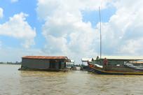 越南美托市湄公河的水上房屋