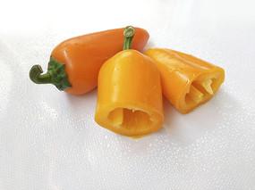 橙色切开辣椒