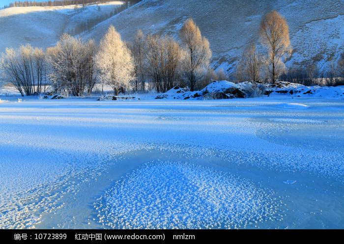 大兴安岭冰封河流树林雾凇图片