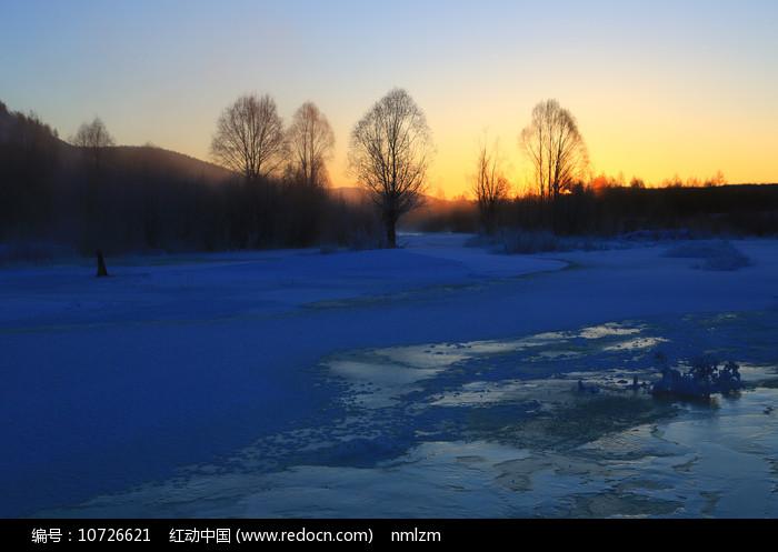 大兴安岭冬季森林晨光图片