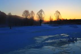 大兴安岭冬季森林晨光