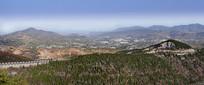 朦胧的远山和绿色山岭