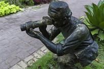 跪姿摄影人雕塑