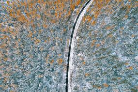 航拍彩林公路雪景