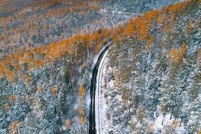 秋季山林公路雪景