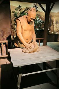 古人制瓷练泥雕像