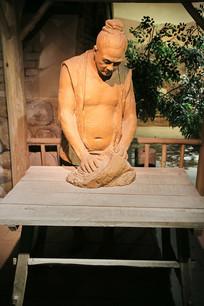 制瓷工艺复原雕像和泥