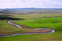 绿色牧场弯曲的河流