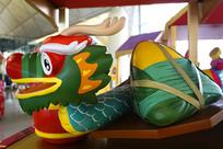 中国传统龙舟和粽子雕塑