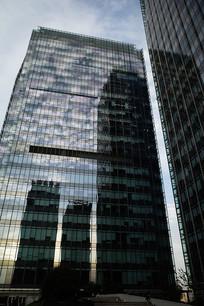 玻璃映衬商务楼