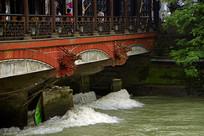 成都都江堰南桥及桥下的岷江水