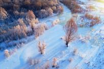 航拍雪域冰封河流和树丛雾凇