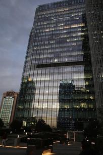 黄昏中的办公楼宇