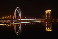 夜晚城市桥梁灯带和水面倒影