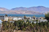 高山湖泊村庄风景