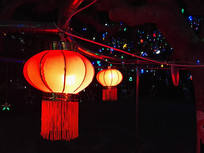 支架上的灯笼夜景
