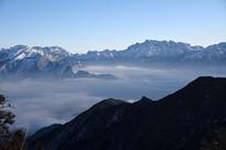 遥望云海上的萝卜寨后山及磨刀石梁子