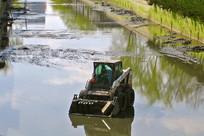 北京市河道工作的清淤车