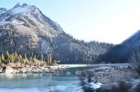 雪山下结冰的湖泊