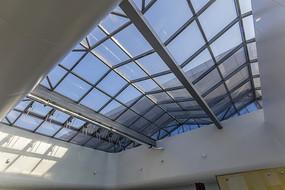 玻璃天窗和蓝天