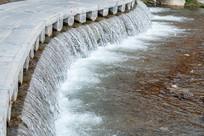 河流里的小瀑布