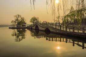 大明湖联拱桥日出