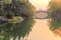 大明湖鹊华桥之晨