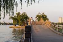 黄昏时的大明湖玉带桥