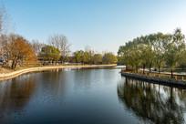 户外公园湖景和绿植